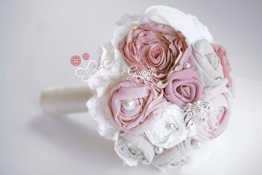 Bouquet con fiori di stoffa bianchi e rosa