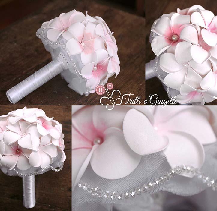 Bouquet con frangipani rosa e bianchi e perle