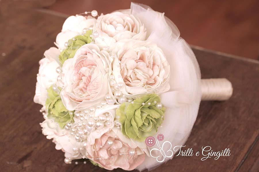 Bouquet gioiello di peonie rosa e verdi con perle