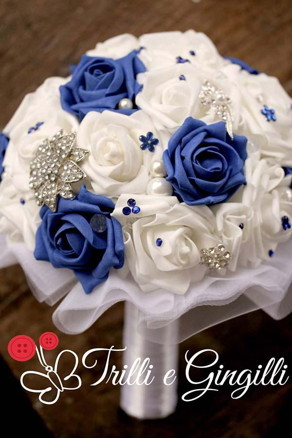 Bouquet gioiello con rose bianche e blu