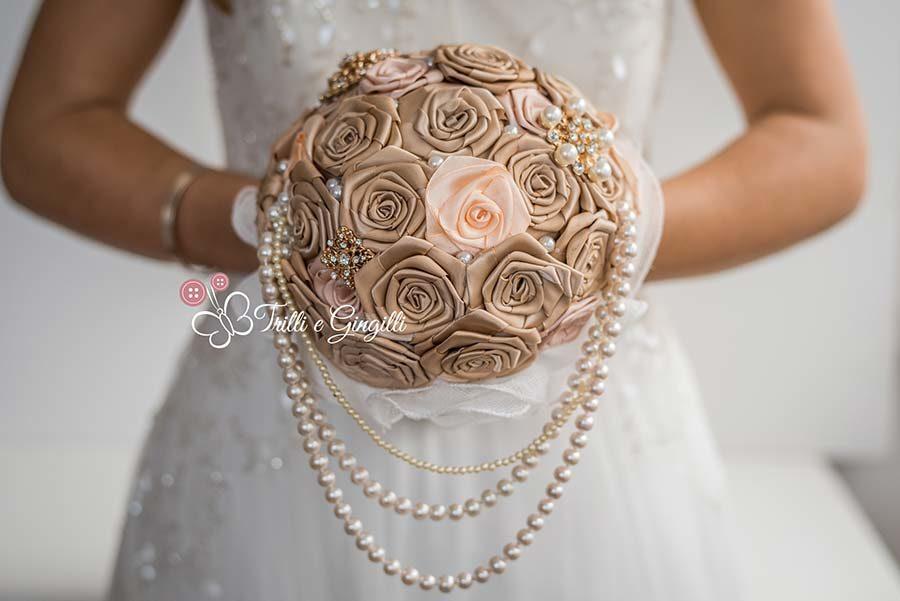 bouquet gioiello di rose di raso e perle