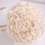 Bouquet di pon pon di stoffa avorio e rosa con perle