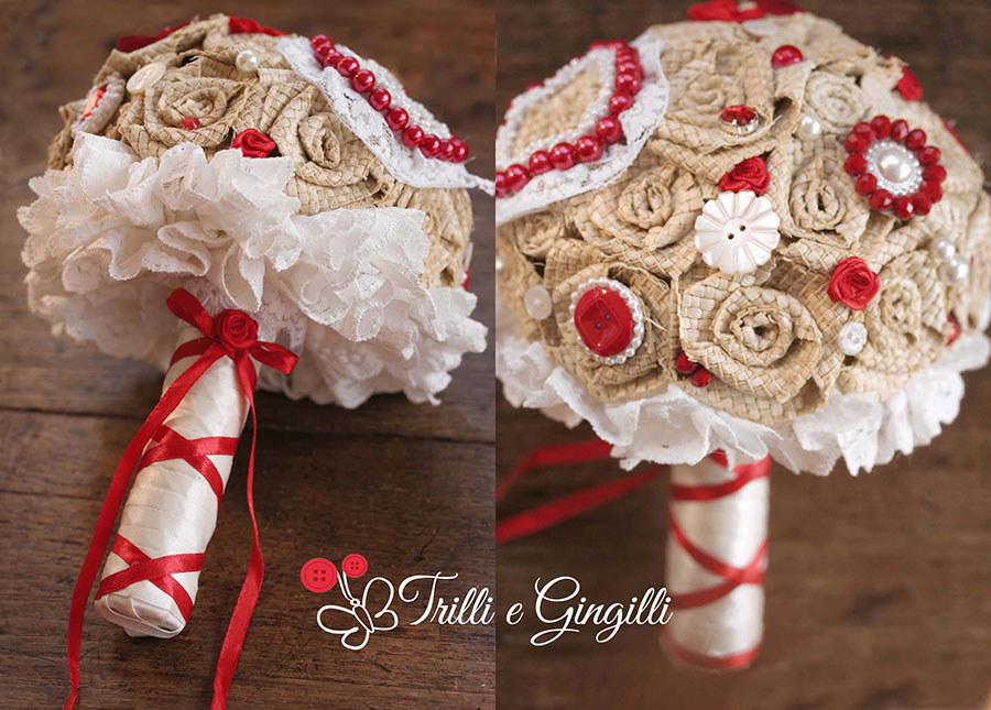 Bouquet country rosso con rose di rafia