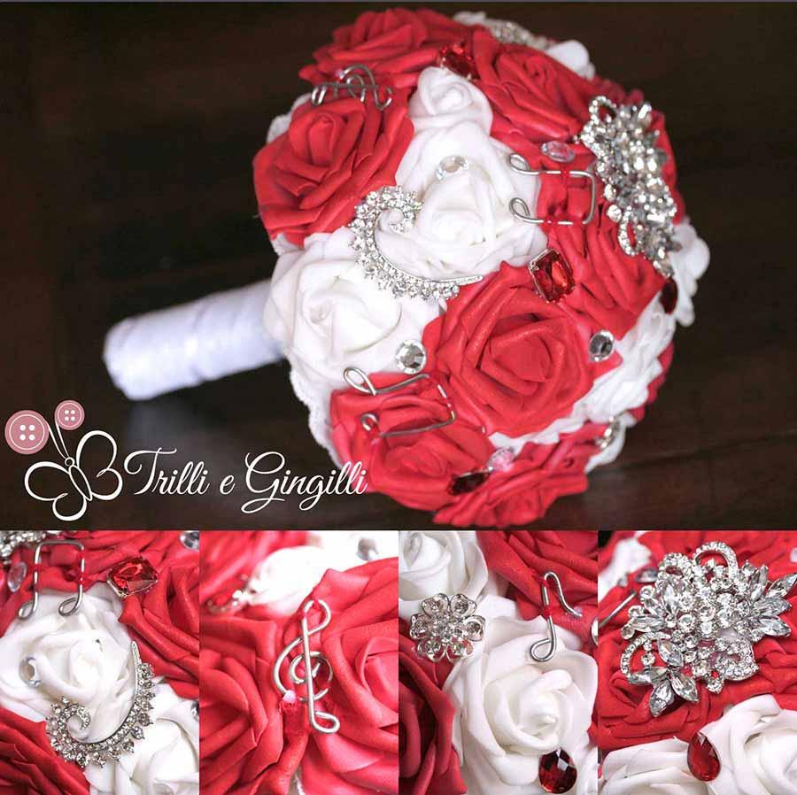 Bouquet gioiello con rose rosse e bianche e note musicali