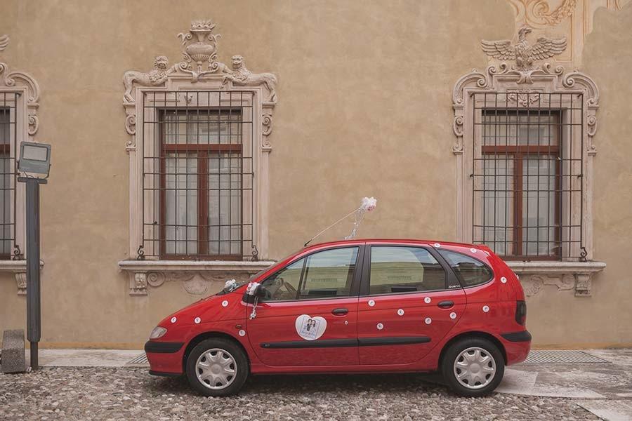 Auto degli sposi rossa