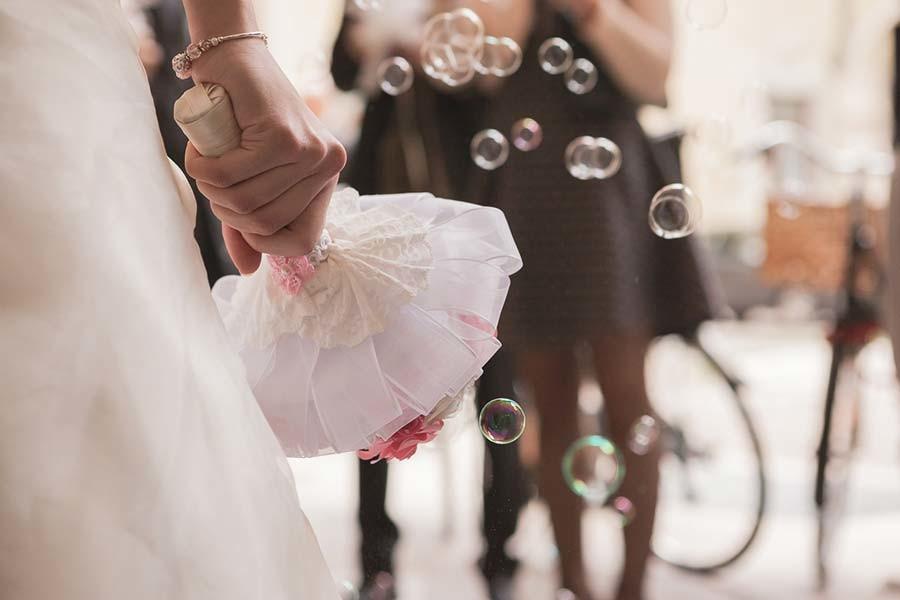 Bolle di sapone al matrimonio con bouquet