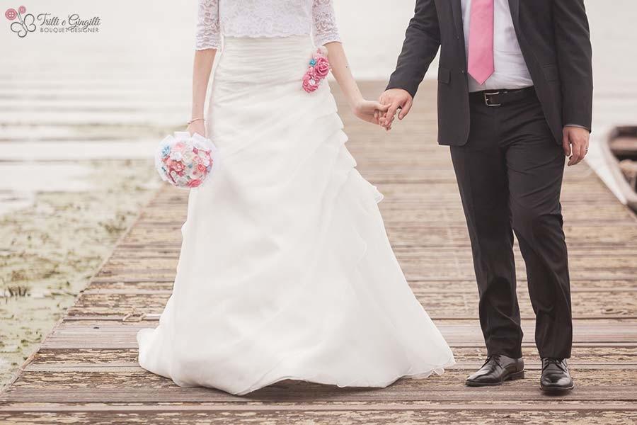 Sposi su pontile con accessori Trilli e Gingilli