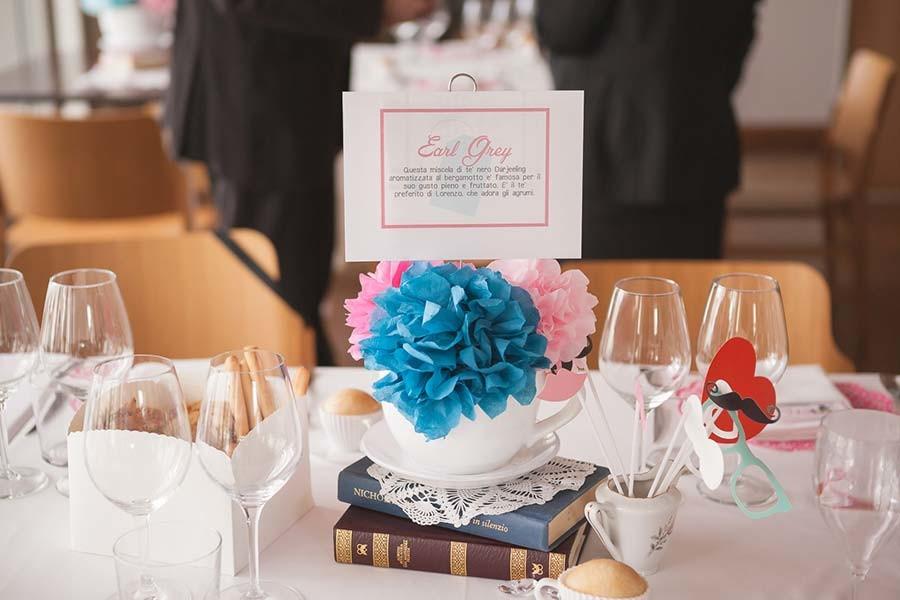 Centrotavola con nome tavolo per matrimonio a tema the