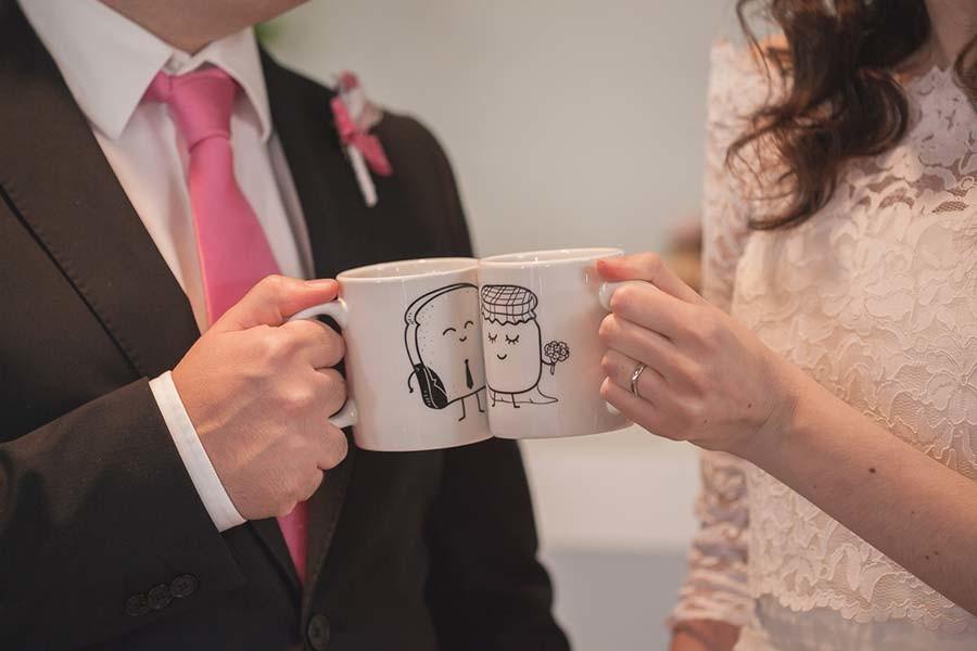 Brindisi sposi con tazze da the