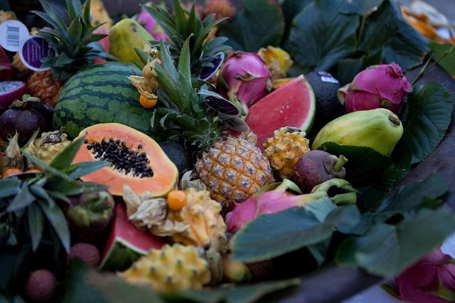 Isola con buffet di frutta esotica