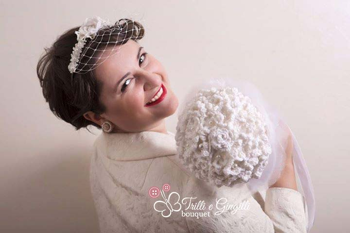 Sposa vintage anni 50 con bouquet all'uncinetto