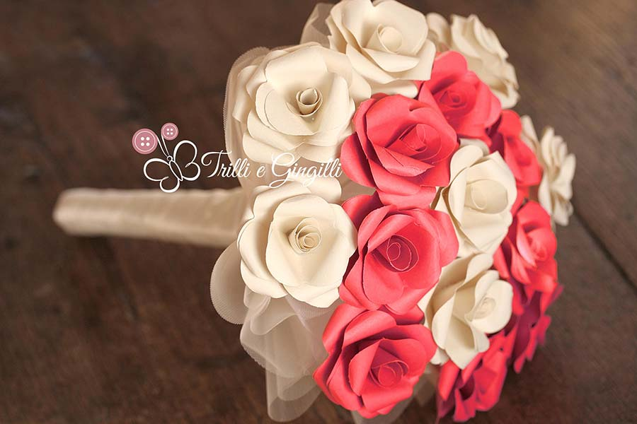 Bouquet di rose rosse e bianche di carta