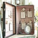 Tableau vintage con valigia per matrimonio a tema nero e rosa