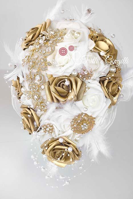 bouquet sposa originale a cascata oro e piume