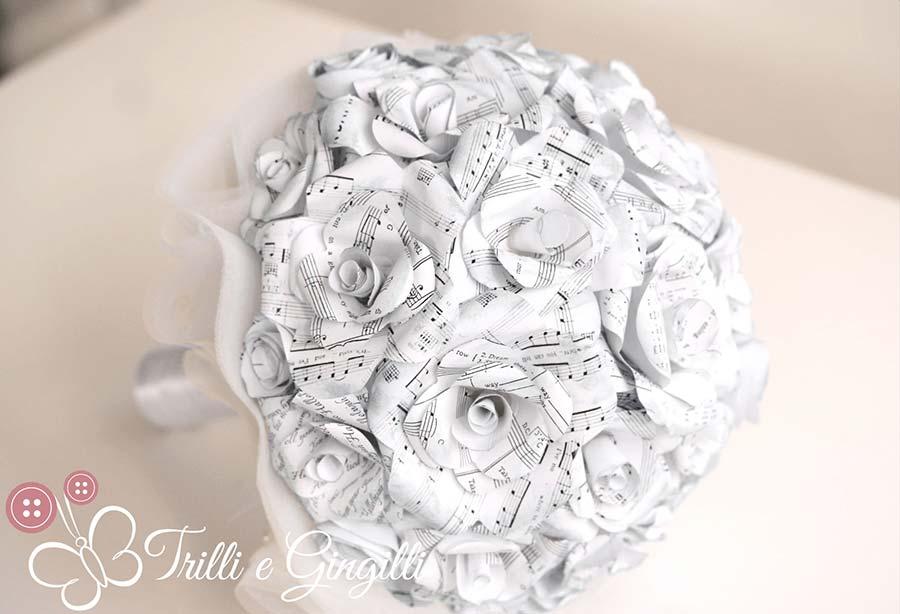 Bouquet sposa di rose bianche di carta con spartiti musicali