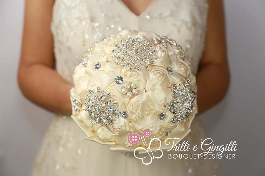 bouquet rose bianche gioiello stoffa raso