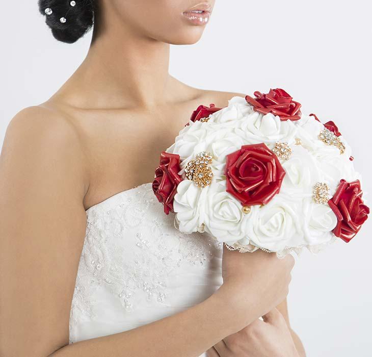 bouquet rosso e bianco con spille gioiello