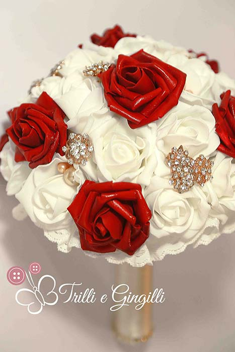 bouquet rosso e bianco e oro