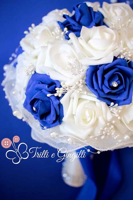 bouquet blu e bianco con rose e perle