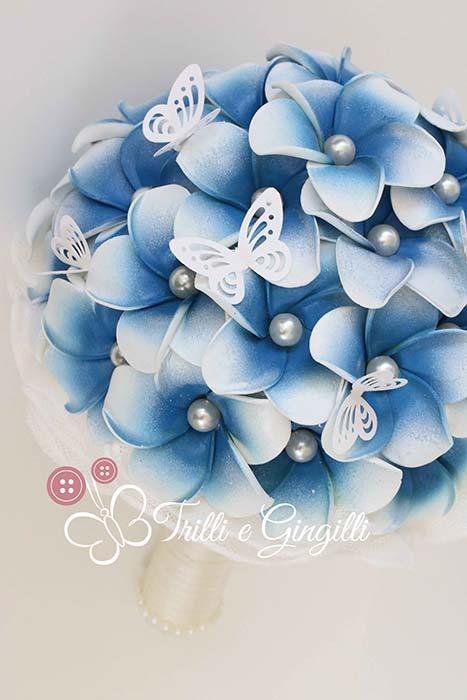 Bouquet blu di frangipani con farfalle