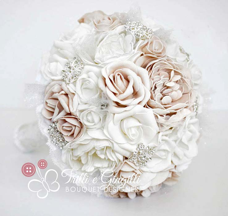 bouquet di rose e peonie bianche