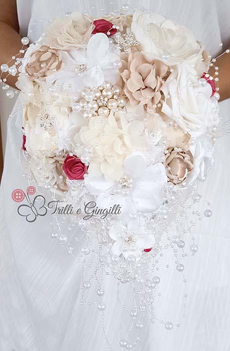 bouquet a cascata con fiori di stoffa e perle
