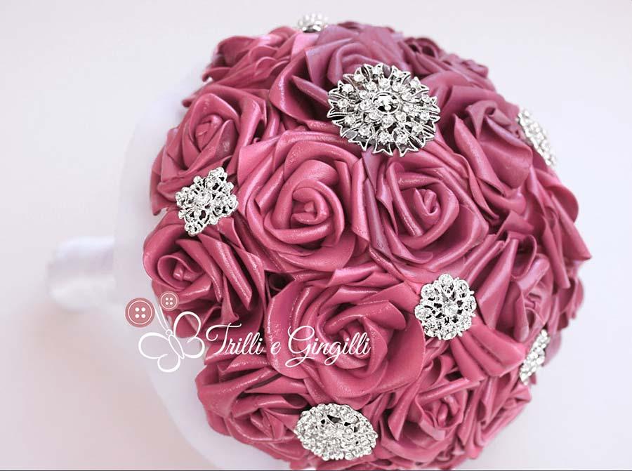Bouquet bordeaux di rose e gioielli