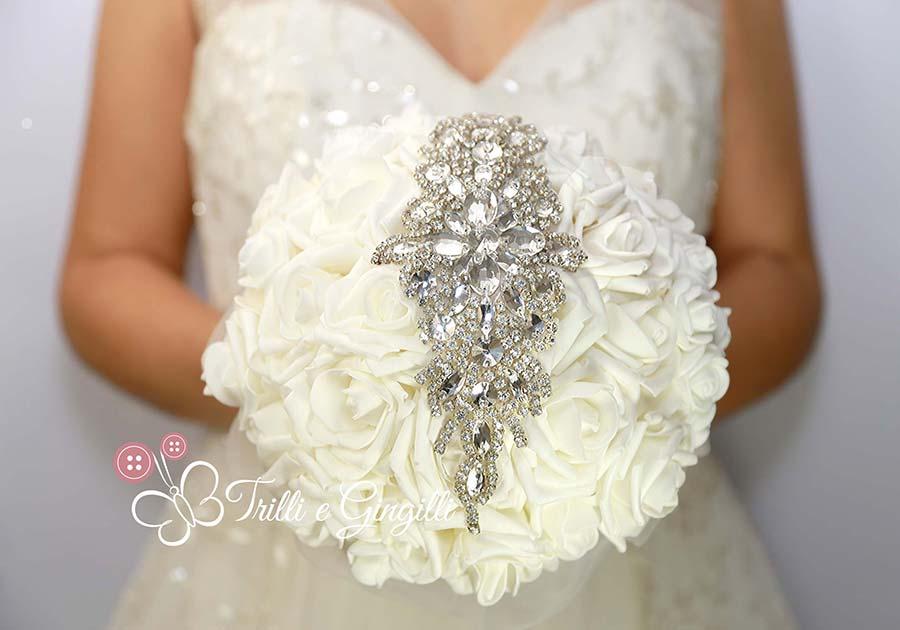 bouquet di rose bianche con gioiello