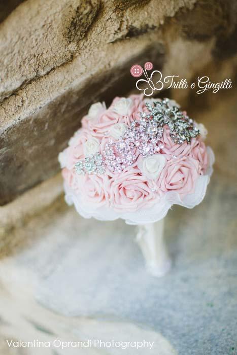 bouquet di rose rosa e gioielli