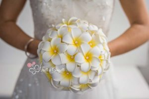 bouquet frangipani bianchi e gialli