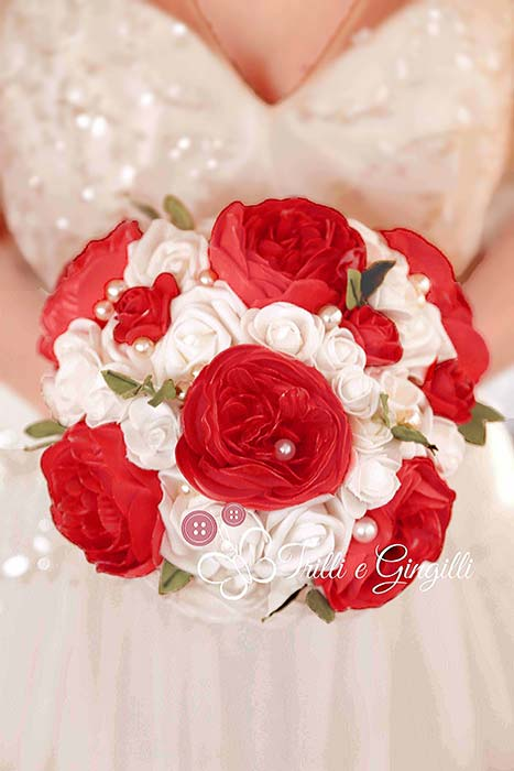 bouquet di peonie e rose rosso e bianco