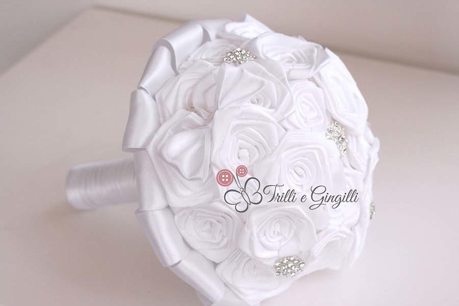 bouquet rose stoffa raso bianco