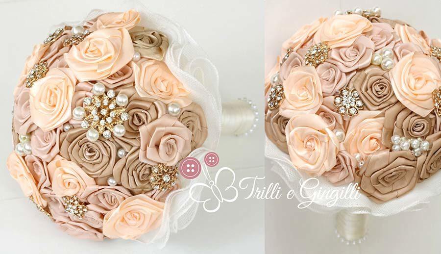 bouquet di rose di raso pesca e rosa con gioielli oro