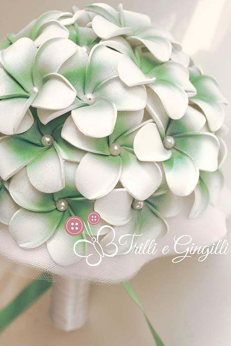 bouquet sposa bianco e verde frangipani