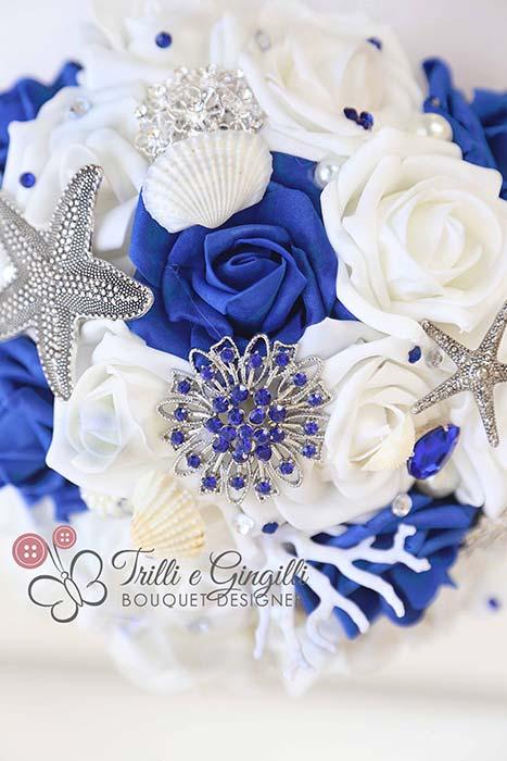 bouquet da sposa con conchiglie bianco e blu