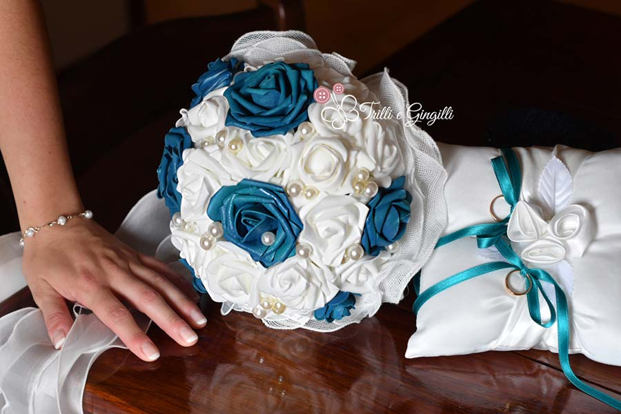 bouquet di rose bianche e blu