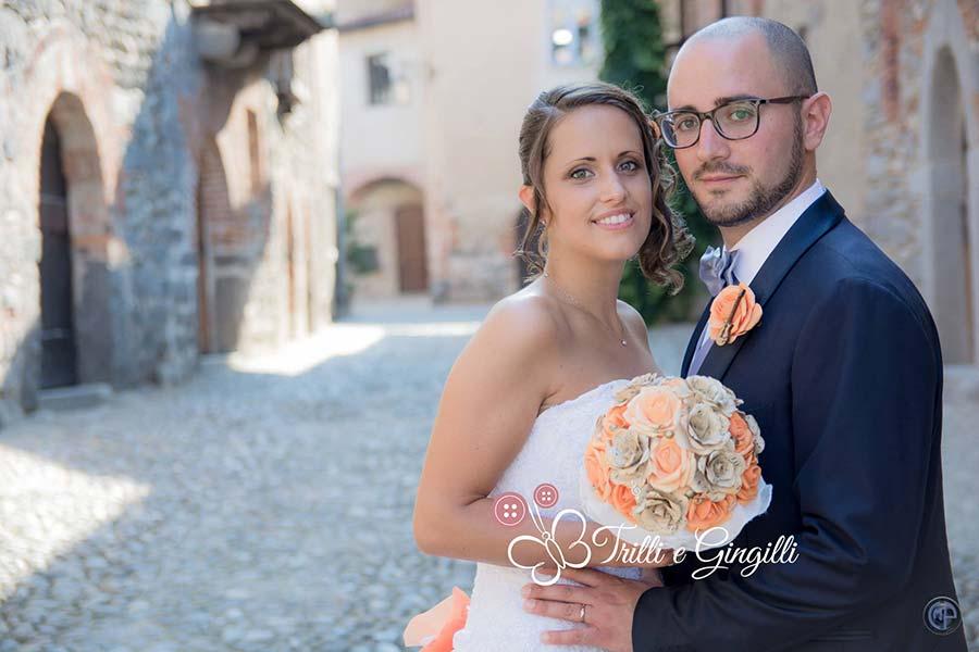 sposi con bouquet a tema musica arancione