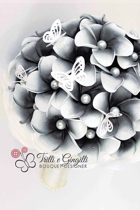 bouquet frangipani nero farfalle