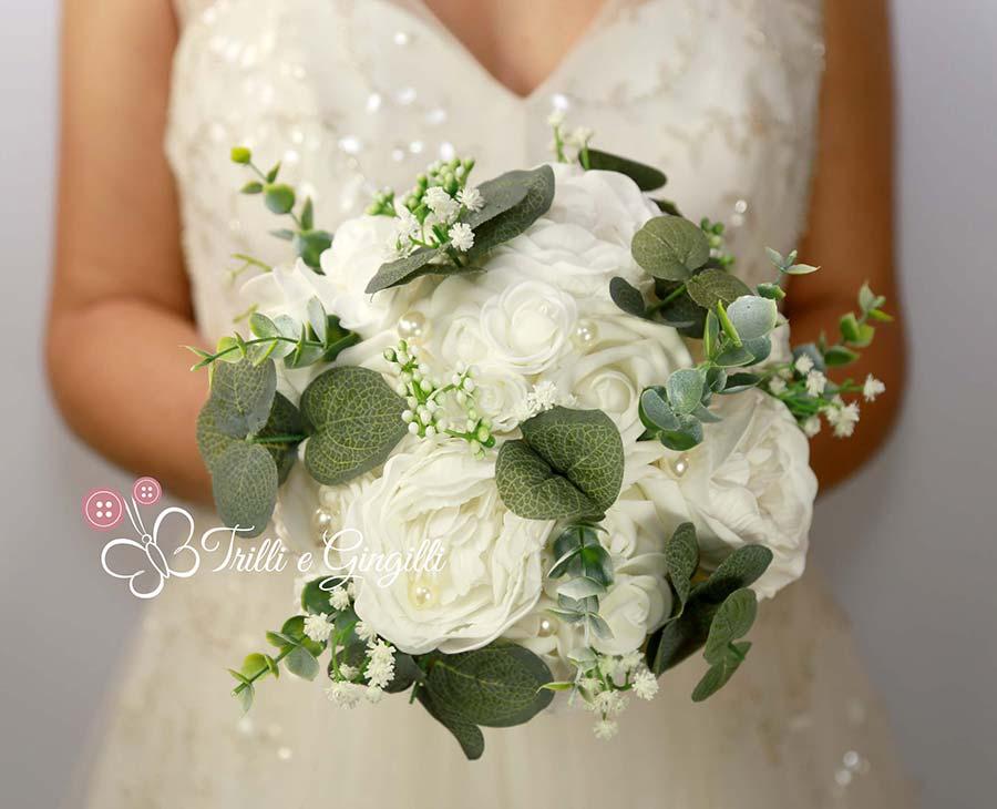 bouquet boho chic di rose e peonie bianco e verde