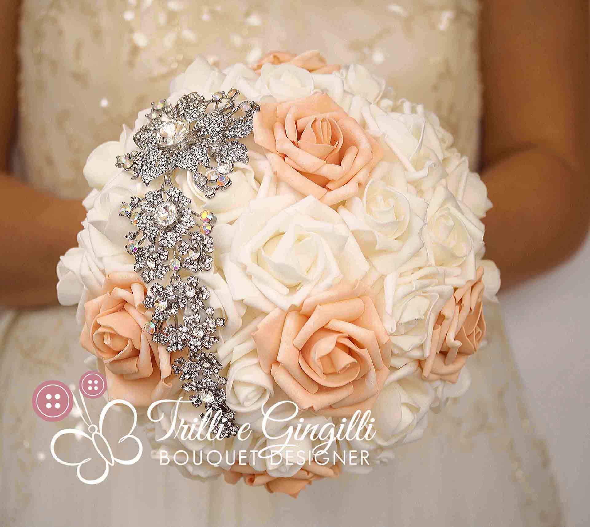 Bouquet Sposa Color Pesca.Bouquet Di Rose Pesca Con Mezzaluna Gioiello Trilli E Gingilli