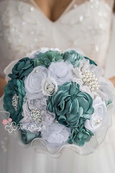 Bouquet sposa con fiori di seta bianchi e blu