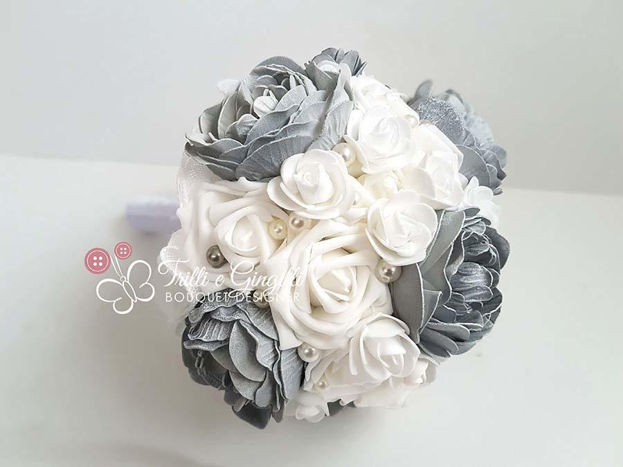 bouquet peonie e rose grigie e bianche