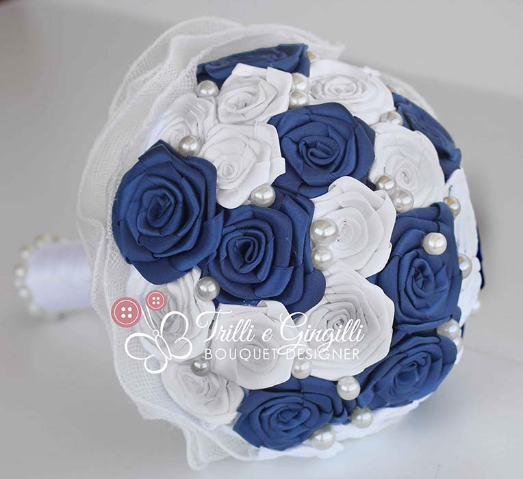 bouquet di rose in raso bianco e blu