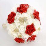 bouquet di rose bianche e rosse con gioielli oro