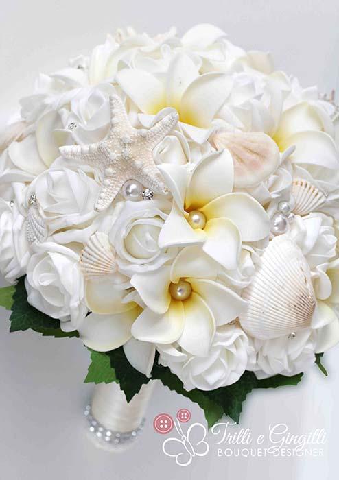 bouquet sposa bianco di rose e frangipani con conchiglie