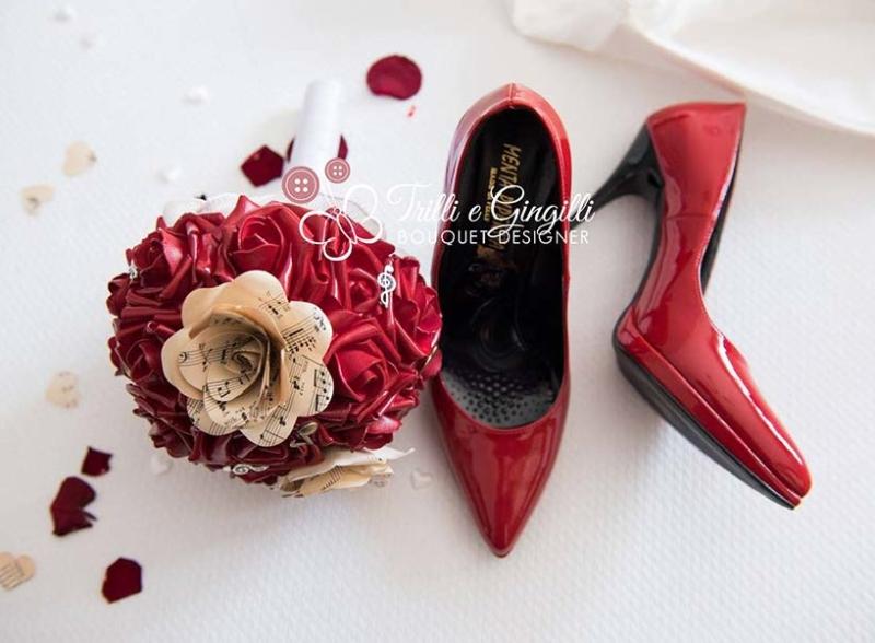 bouquet-sposa-originale-rosso-scarpe
