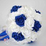 bouquet sposa di rose blu e bianche con perline