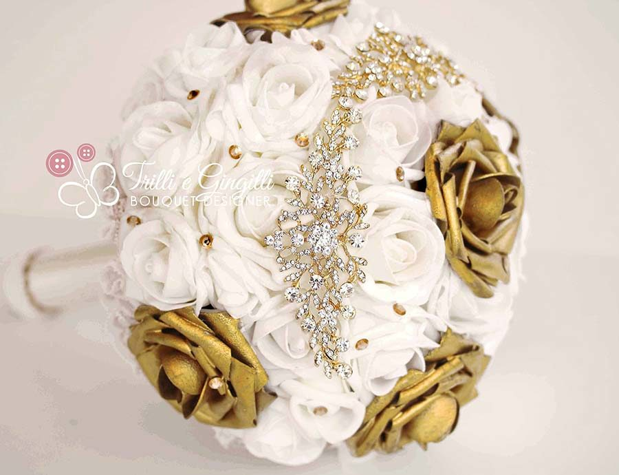 bouquet sposa di rose bianche e oro con inserto gioiello