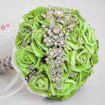 bouquet sposa di rose verde acido e gioielli a tema musica rock