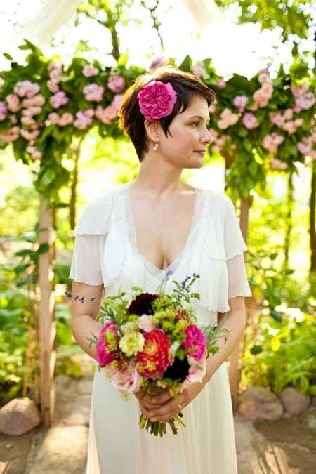 acconciatura sposa capelli corti fiori